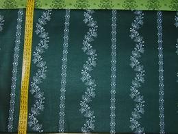 sat�n - kytky v pruz�ch na tmav� zelen� - zv�t�it obr�zek