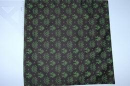 satén - svìtle zelená srdíèka na hnìdé