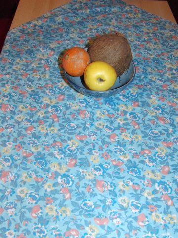 Napron - ubrus kvìtiny na modré 90 x 90cm - zvìtšit obrázek