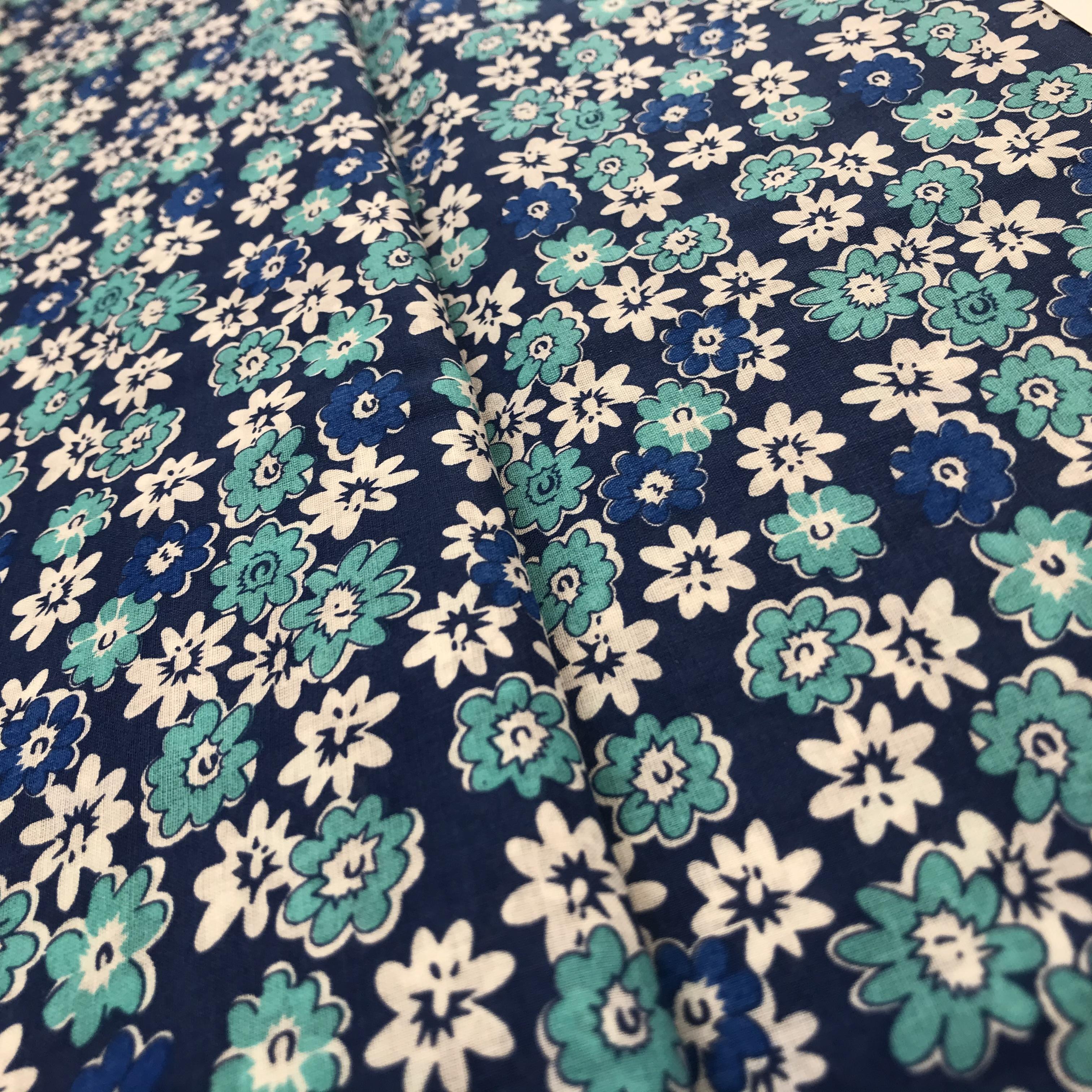 Šátovka- bílé a modré kytky na tmavì modré - zvìtšit obrázek
